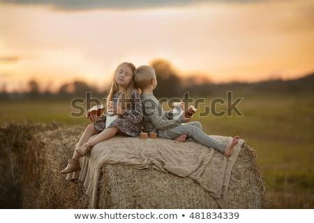 Weinig jongen meisje drinken melk eten Stockfoto © ElenaBatkova