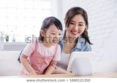 Família feliz inteligente alto-falante casa família tecnologia Foto stock © dolgachov