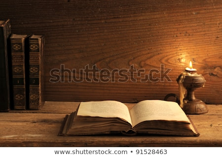 Libro viejo mesa de madera luz de una vela madera arte verde Foto stock © stokkete