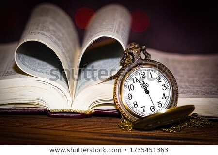 Foto stock: Knowledge On Pocket Watch Face Time Concept
