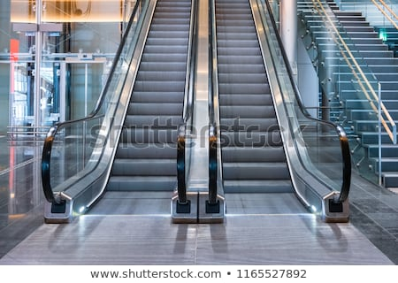Roltrap ontwerp trein luchthaven metro vloer Stockfoto © FOKA