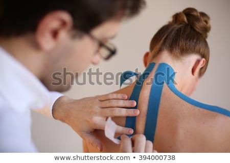 背面図 · 男 · 首の痛み · 黒 · 手 - ストックフォト © deandrobot