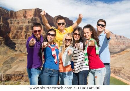 Znajomych wskazując Grand Canyon podróży turystyki wakacje Zdjęcia stock © dolgachov