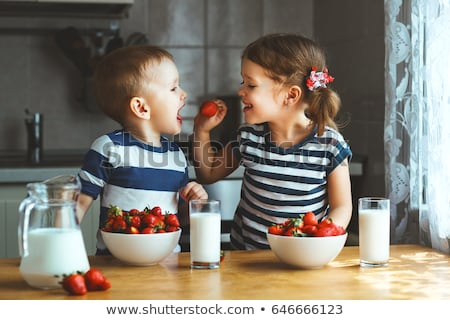 食べ イチゴ かむ 新鮮な 明るい 赤 ストックフォト © bryndin