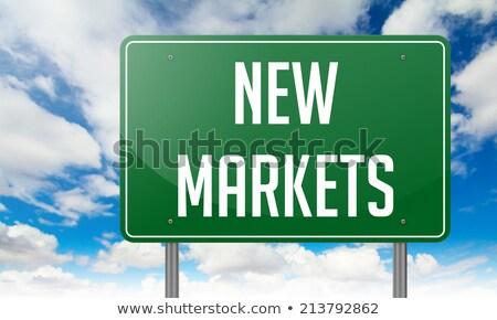 Nowego rynki autostrady kierunkowskaz drogowego tle Zdjęcia stock © tashatuvango