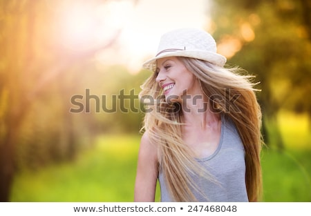 aantrekkelijke · vrouw · hoed · park · portret · jonge · vrouw · ontspannen - stockfoto © filipw