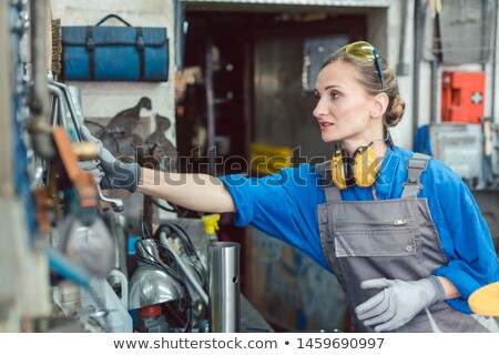 Frau Workshop Tool Wand Arbeit Werkzeuge Stock foto © Kzenon