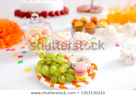 Uve macarons ciambella party tavola alimentare Foto d'archivio © dolgachov