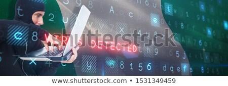 Ladrón piratería portátil mirando detrás ordenador Foto stock © wavebreak_media