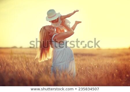Feliz mulher grávida verão campo campo de trigo sorrir Foto stock © dashapetrenko