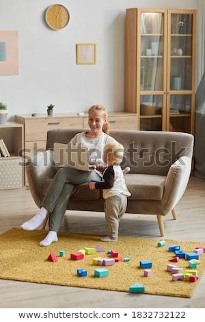 madre · ensenanza · sesión · sofá · casa · sonriendo - foto stock © chesterf