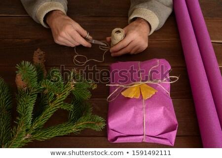 Tesoura pinho folhas fita caixa de presente mesa de madeira Foto stock © wavebreak_media