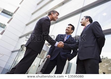 Foto stock: Empresario · pie · fuera · oficina · mirando