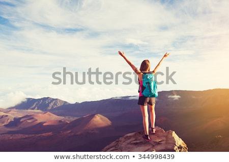 Feliz mulher jovem mochila caminhadas ao ar livre viajar Foto stock © dolgachov