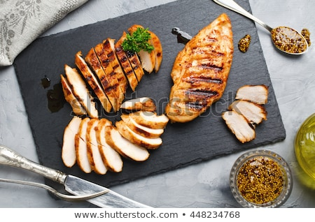 Kip filet gebakken plaat saladeschaal tabel Stockfoto © tycoon