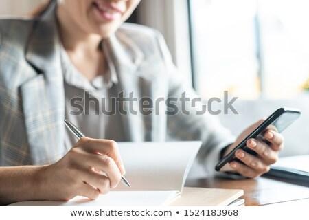 女性実業家 · カフェ · 作業 · 表 · 書く · 携帯電話 - ストックフォト © pressmaster