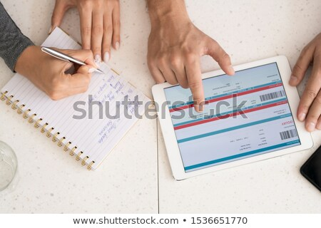 Humaine mains discussion ligne informations touchpad Photo stock © pressmaster