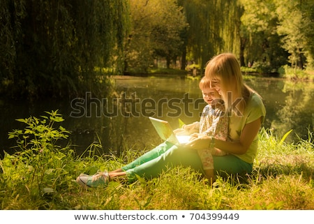 愛する 母親 娘 ノートパソコン 屋外 作業 ストックフォト © absoluteindia
