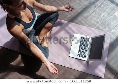 Stock fotó: Jóga · felismerhetetlen · nő · jóga · póz · szürke · otthon