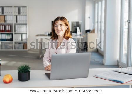 Receptionist achter bureau glimlachend business vrouw Stockfoto © IS2