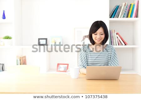 Kobieta za pomocą laptopa jadalnia tabeli pracy pomidorów Zdjęcia stock © IS2