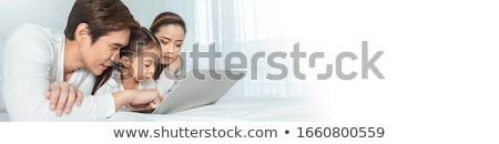 mère · souriant · fille · utilisant · un · ordinateur · portable · cuisine · femme - photo stock © is2