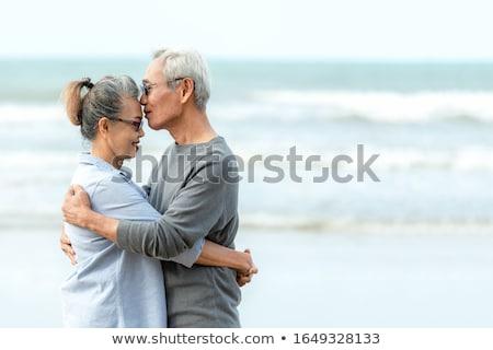 Paar zoenen strand glimlach zee schoonheid Stockfoto © Massonforstock