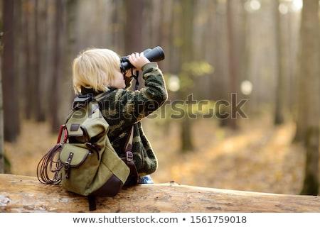 kid · veld · naar · verrekijker · gras - stockfoto © godfer