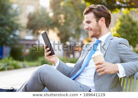 biznesmen · parku · tabletka · posiedzenia · ławce · działalności - zdjęcia stock © jakubzak