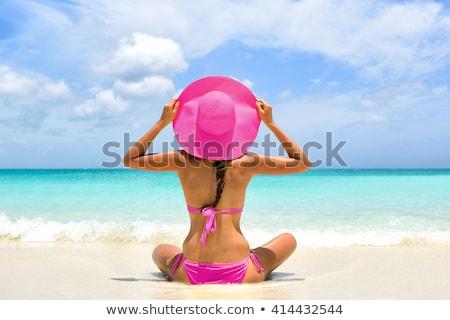Mujer tomar el sol rosa traje de baño mujer hermosa playa Foto stock © ssuaphoto