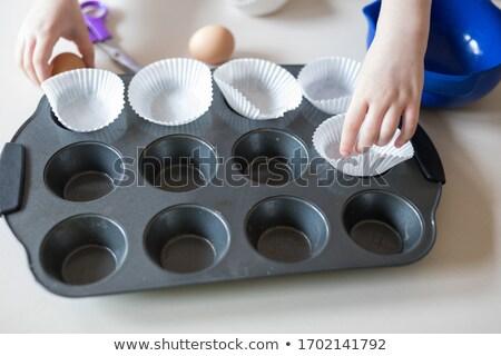 Menina bolinho estanho forno ver Foto stock © wavebreak_media