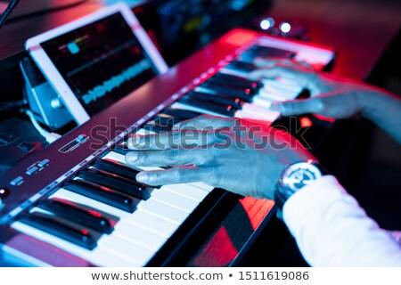Kezek fiatal kortárs zenész kulcsok készít Stock fotó © pressmaster