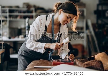 Artesano de trabajo hecho a mano cuero producto primer plano Foto stock © pressmaster