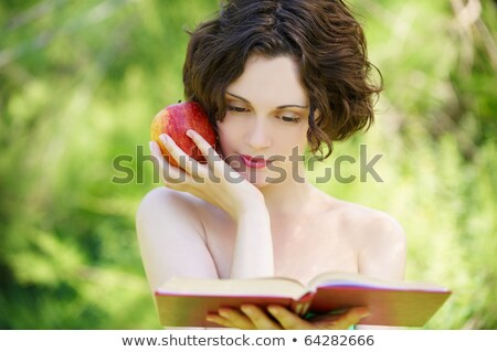 cute · jeunes · brunette · parc · lecture · portrait - photo stock © lithian