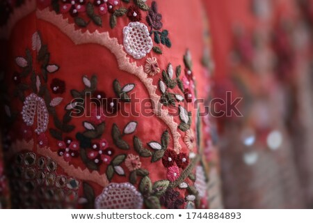 Asiático mulher vermelho crochê vestir belo Foto stock © phakimata