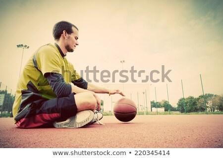 Junger Mann Basketballplatz Sitzung Ball Ausbildung Sport Stock foto © photocreo