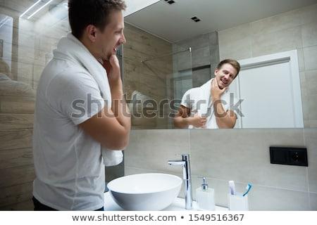 Gülen adam tuvalet fırçalamak sarı kauçuk Stok fotoğraf © vizualni