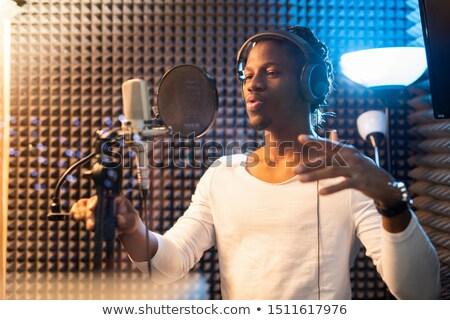 Jóvenes África hombre blanco camiseta auriculares Foto stock © pressmaster