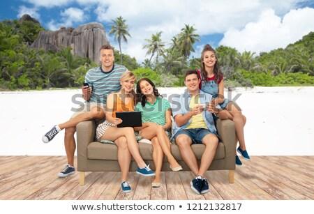 Amigos smartphones praia viajar turismo Foto stock © dolgachov