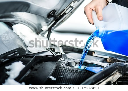 Enchimento tanque pára-brisas máquina de lavar fluido Foto stock © nito