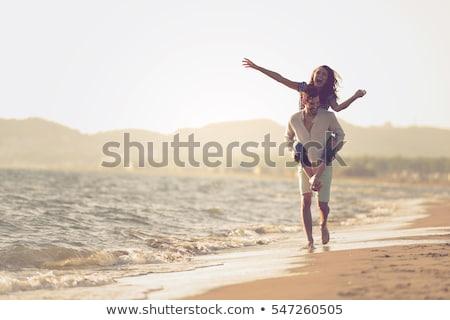 Feliz casal óculos de sol praia quadro mulher Foto stock © dolgachov