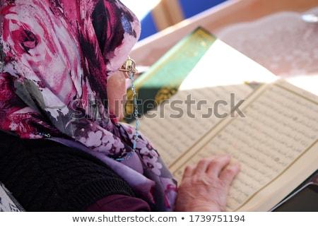 moslim · vrouw · lezing · hijab · geïsoleerd · zwarte - stockfoto © adrenalina