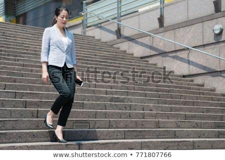 Charmant femme marche vers le bas escaliers au-dessous Photo stock © dash