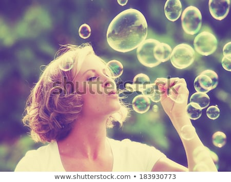 Jonge vrouw zeepbellen mensen glimlachend tienermeisje Stockfoto © dolgachov