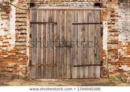 eski · ahşap · ahır · kapı · duvar · boya - stok fotoğraf © njaj