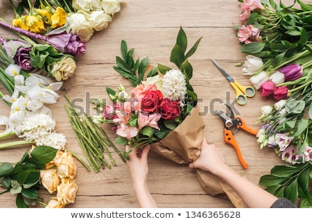 çiçekçi ayakta dışında alışveriş gülen kamera Stok fotoğraf © gemphoto