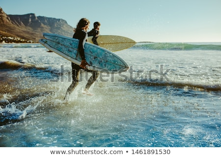 Surfing wraz para internautów spaceru ocean Zdjęcia stock © joyr