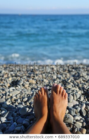 Caillou humide femmes pieds Photo stock © simply