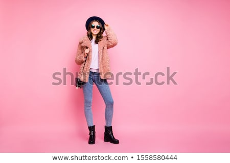 portret · permanente · vrouw · jeans · zwarte - stockfoto © 2design