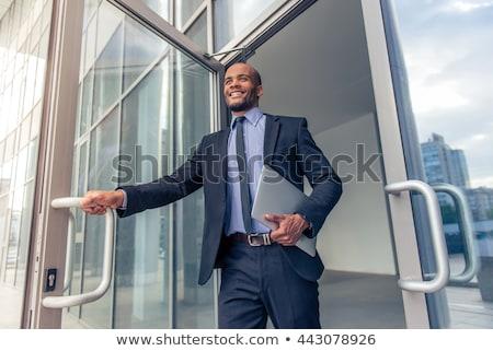 Foto stock: Homem · de · negócios · terno · preto · amarrar · ao · ar · livre · branco · camisas